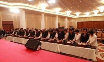 Участники особого 120-дневного семинара принимают от Истинных Родителей восемь священных текстов и наследуют ковчег Чхонбок, 25_июня_2010_года